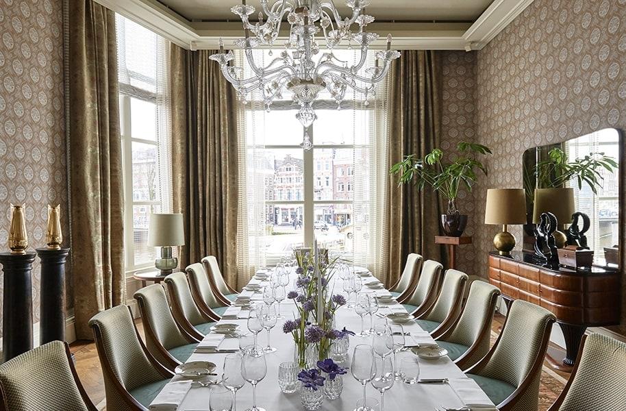 De Brouwerskamer in hotel De L'Europe Amsterdam met een lange tafel gedekt voor private dining.